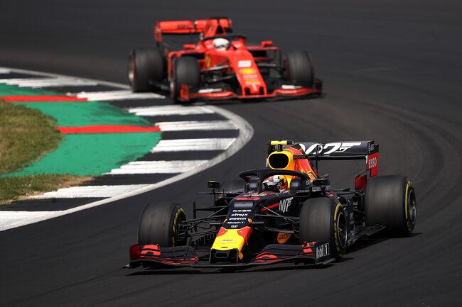 © Getty Images/Red Bull Contentpool   Sebastian Vettel achtervolgd Pierre Gasly, Groot-Brittannië, 2019