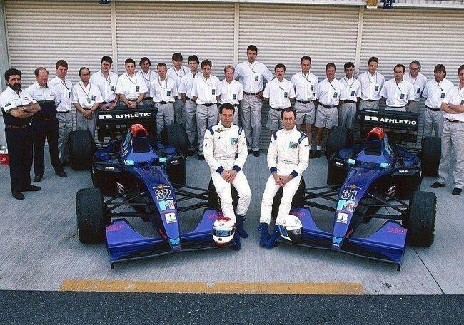 © Roland Ratzenberger (links) en David Brabham met hun Simtek-crew en wagens, 1994